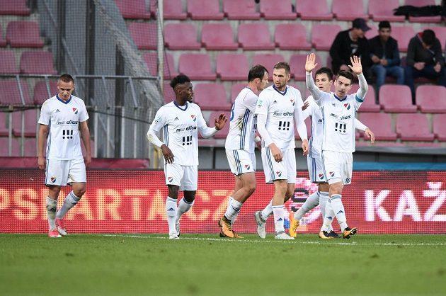 Fotbalisté Baníku Ostrava se radují z gólu proti Spartě v osmifinále poháru.