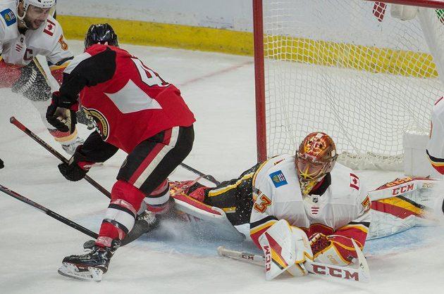 Český gólman David Rittich v brance Calgary Flames během utkání NHL v Ottawě.