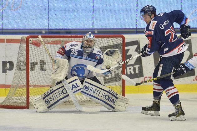 Plzeňský brankář Matěj Machovský čelil nebezpečí po akci vítkovického Patrika Zdráhala v utkání předkola play off hokejové extraligy.