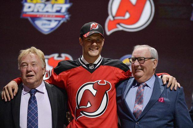 Pavel Zacha (uprostřed) pózuje s dresem New Jersey Devils, kam byl vybrán jako celkově šestý hráč v pořadí letošního draftu.