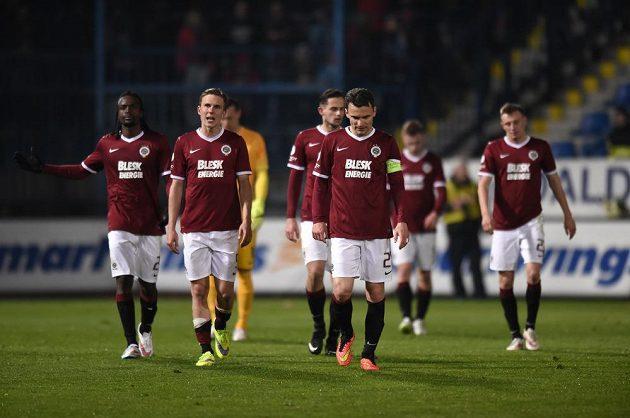 Smutní fotbalisté Sparty po porážce v Liberci.