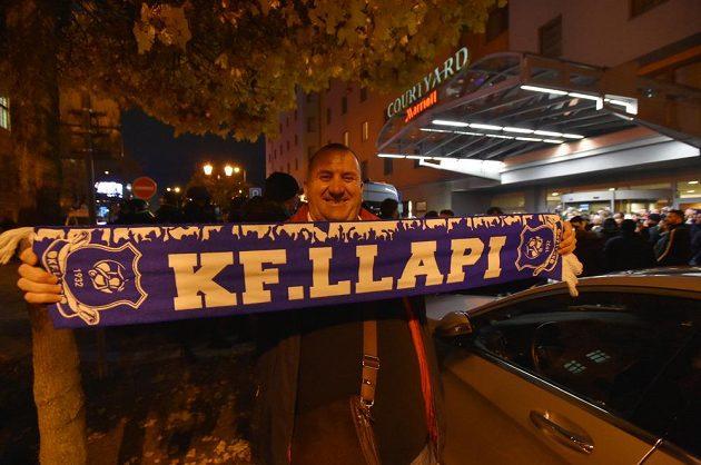 Fanoušci Kosova v ulicích Plzně před zápasem.