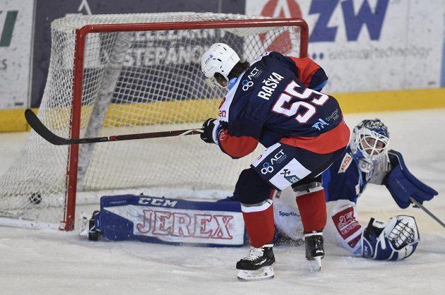 Brankář Brna Karel Vejmelka inkasuje gól od chomutovského Adama Rašky.