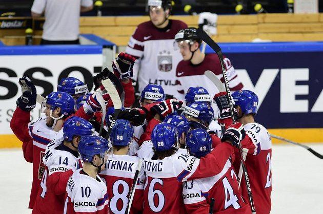 Čeští hráči se radují z vítězství nad Lotyšskem.