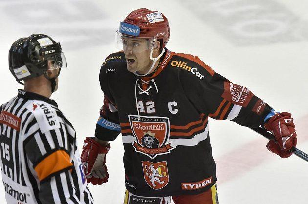 Kapitán Hradce Petr Koukal diskutuje s rozhodčím při utkání v Litvínově.