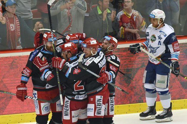 Hráči Třince se radují z druhého gólu v úvodním finále hokejové extraligy, kde hrají s Kometou Brno.