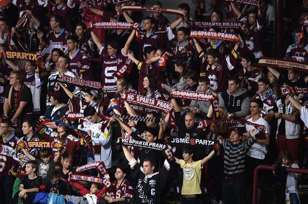 Fanoušci hokejové Sparty Praha během utkání s Olomoucí.