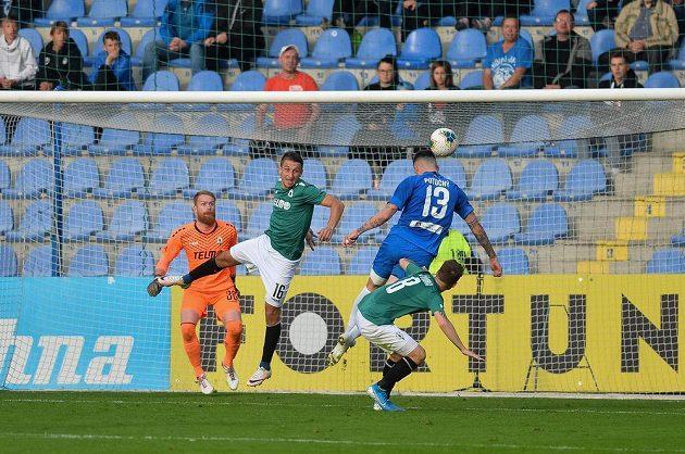 Liberecký Roman Potočný (13) měl na hlavě vítězný gól, při souboji s Janem Sýkorou ale nenasměroval míč přesně.