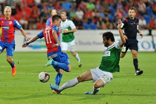 Daníel Rossi Silva z Jablonce (vpravo) v souboji s plzeňským záložníkem Milanem Petrželou.