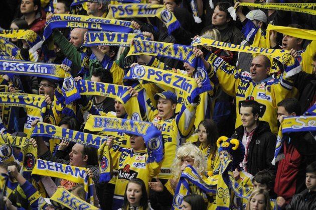 Zlínští fanoušci během prvního finálového utkání play off extraligy s brněnskou Kometou.