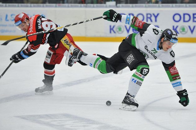 Ondřej Dlapa z Mladé Boleslavi a Juraj Bezúch z Hradce Králové v netradiční hokejové póze během extraligového utkání.