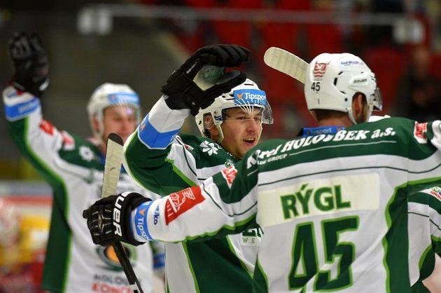 Karlovarští hokejisté se radují z gólu. Na snímku vlevo je Tomáš Dvořák, vpravo střelec Martin Rýgl. To vše v 1. kole baráže o hokejovou extraligu mezi týmy HC Karlovy Vary a HC Dukla Jihlava.