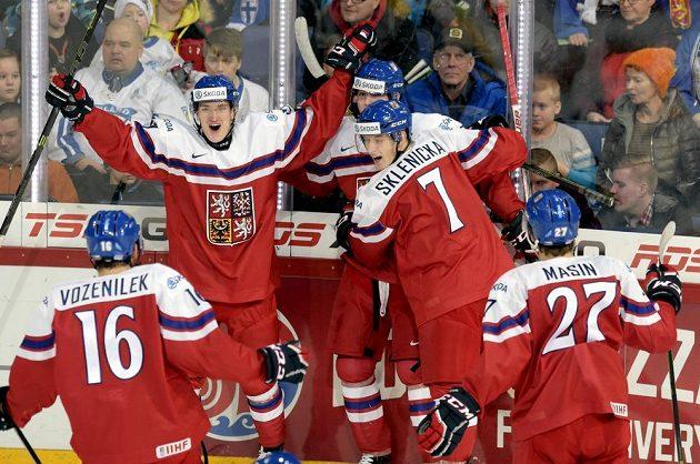 Čeští hokejisté se radují z gólu proti Finsku na MS hráčů do 20 let.
