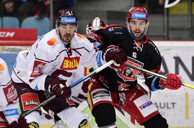 Lukáš Cingel z Hradce Králové (vpravo) a Steven Delisle ze Sparty v utkání 40. kola.