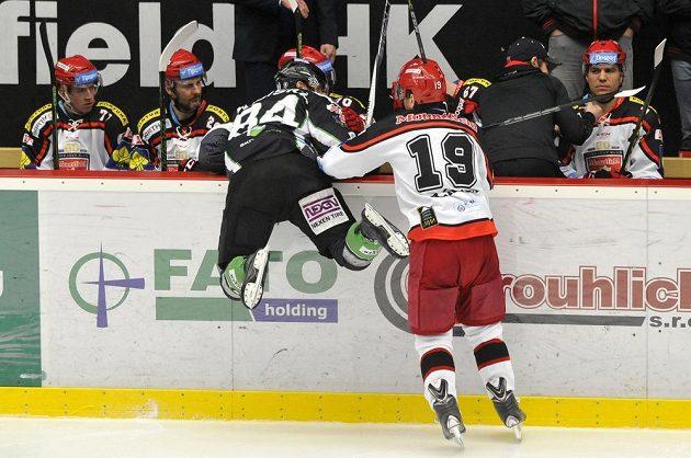 Mladoboleslavský útočník Lukáš Pabiška (vlevo) a královéhradecký obránce Martin Pláněk v zápase 22. kola hokejové Tipsport extraligy.