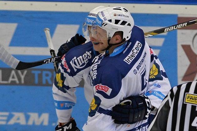 Plzeňský útočník Dominik Kubalík slaví se spoluhráčem Jakubem Jeřábkem (vpředu) gól proti Kometě Brno.