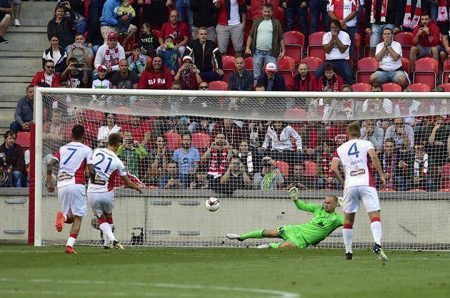 Milan Škoda (druhý zleva) ze Slavie proměnil penaltu, druhý zprava brankář Denis Sčerbickij z Borisova.