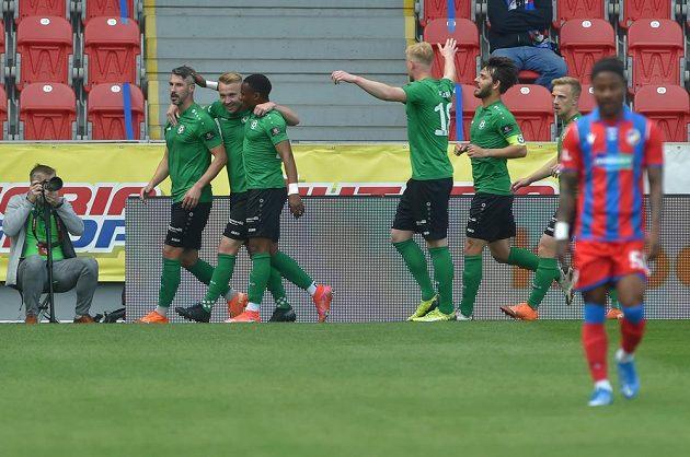 Příbramští fotbalisté se radují z gólu.