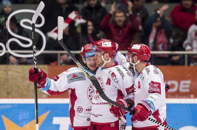 Zleva David Cienciala, Martin Adamský a Lukáš Krajíček (všichni z Třince) oslavují gól proti Hradci.