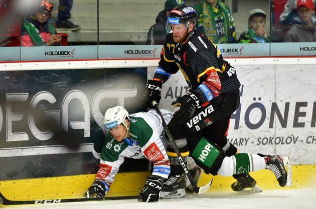 Dávid Gríger z Karlových Varů a David Štich z Litvínova v akci během extraligového derby.