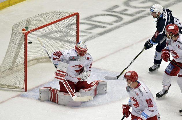 Hokejisté Plzně střílí v semifinále extraligy gól, třinecký brankář Šimon Hrubec neměl nárok.