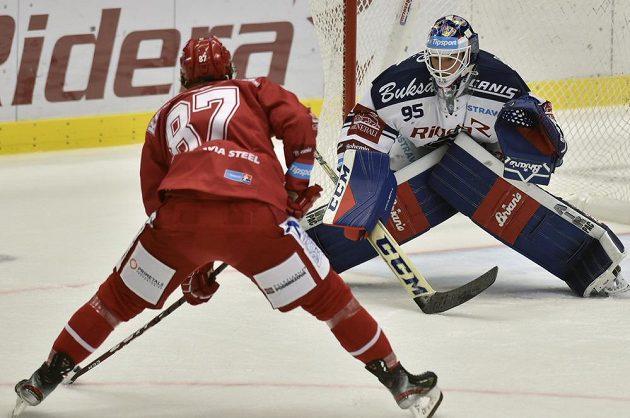 Michal Kovařčík z Třince a brankář Vítkovic Miroslav Svoboda během utkání hokejové extraligy.