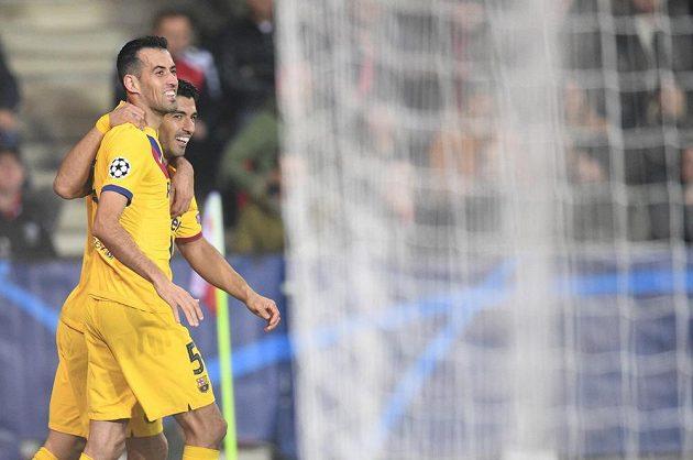 Fotbalisté Barcelony (zleva) Sergio Busquets a Luis Suárez se radují z druhého gólu proti Slavii ve třetím kole Ligy mistrů.