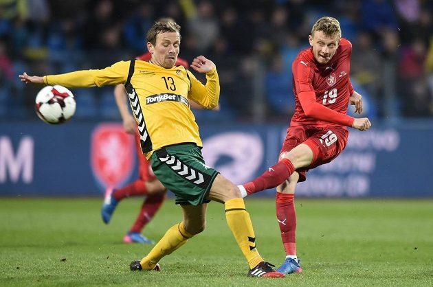 Ladislav Krejčí (vpravo) pálí v utkání s Litvou.