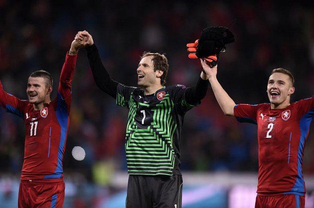 Petr Čech (uprostřed) při děkovačce fanouškům po vítězství české reprezentace v kvalifikačním duelu proti Islandu.