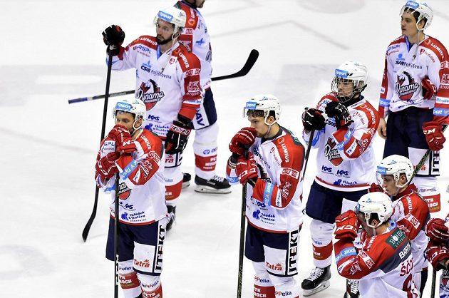 Smutní pardubičtí hokejisté po prohraném zápase s Mladou Boleslaví.