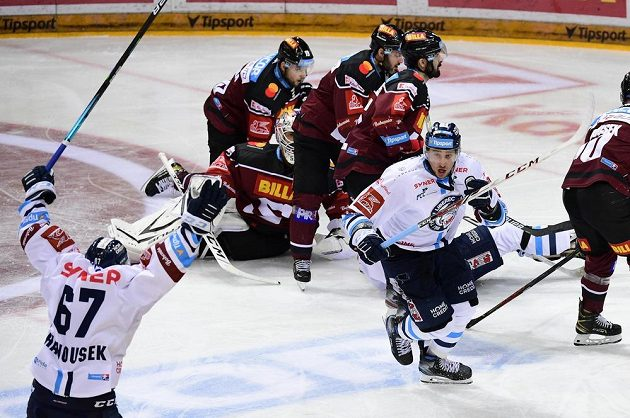 Jaroslav Vlach z Liberce (uprostřed) se raduje z gólu na ledě Sparty.