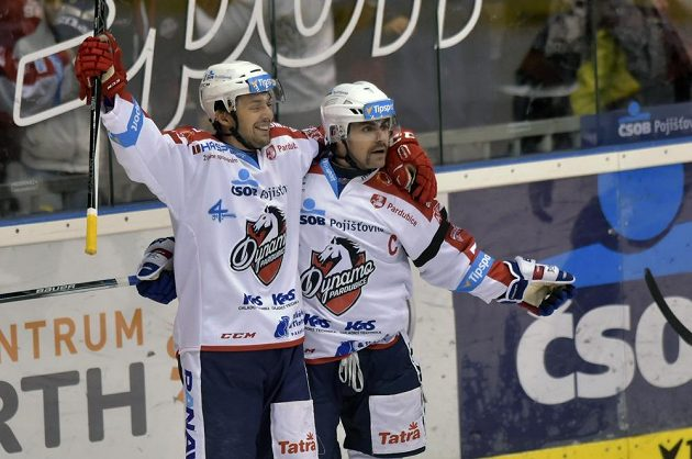 Pardubický útočník Lukáš Nahodil (vlevo) slaví se spoluhráčem Tomášem Rolinkem gól v derby proti Hradci Králové.
