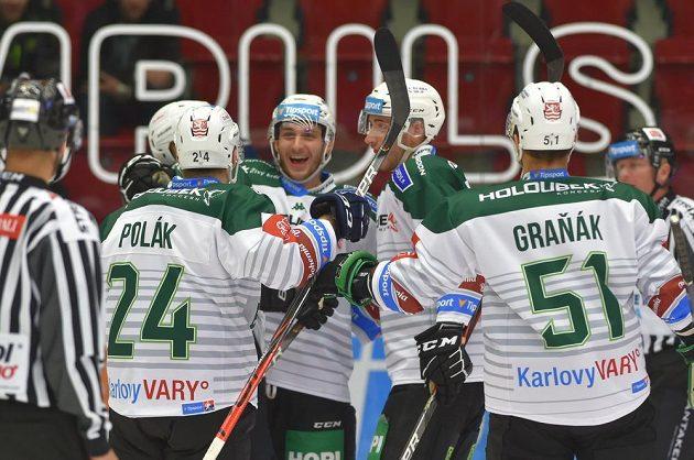Hokejisté Karlových Varů se radují z prvního gólu proti Vítkovicím.
