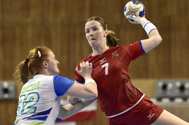 Slovinka Lina Krhlikarová (vlevo) brání Helenu Ryšánkovou.