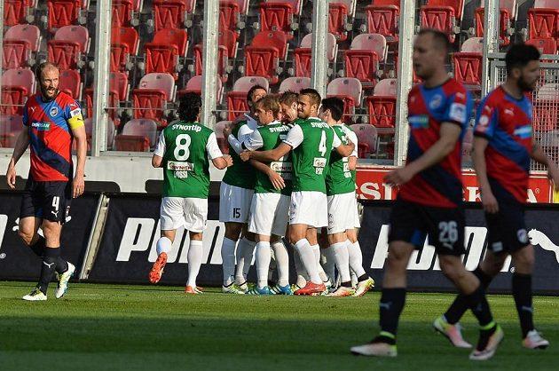 Hráči Jablonce se radují z gólu proti Plzni.