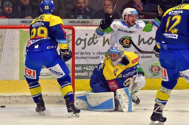 Karlovarský hokejista Petr Šenkeřík (vzadu) se raduje z prvního gólu v utkání se Zlínem. Smutní naopak Zdeněk Okál a brankář Jakub Sedláček.