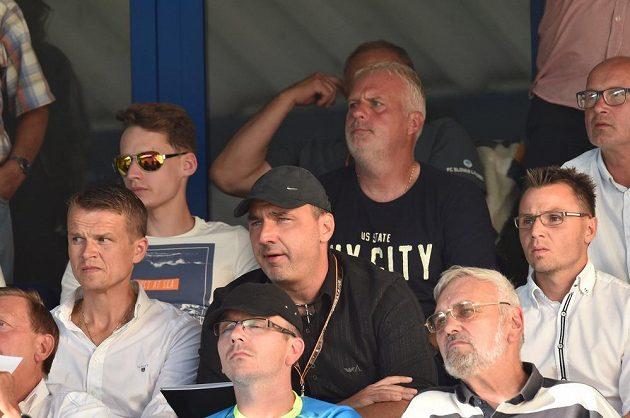 Liberecký trenér Jindřich Trpišovský (uprostřed v druhé řadě) mohl utkání s Larnakou sledovat jen z tribuny.