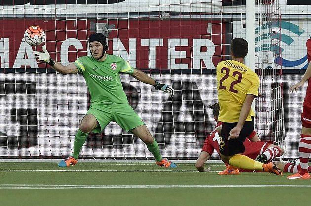 Sparťan Josef Hušbauer (vpravo) střílí gól brankáři Thunu Guillaumeovi Faivreovi.