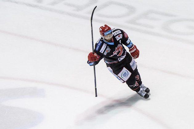 Martin Růžička z Třince oslavuje vítězný gól v Pardubicích.