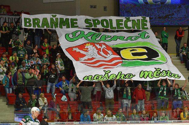 Fanoušci hokejových Karlových Varů během utkání 1. kola baráže o hokejovou extraligu mezi týmy HC Karlovy Vary a HC Dukla Jihlava.