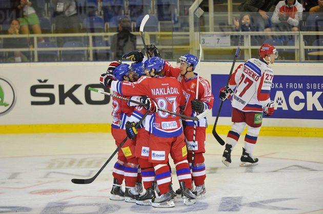 Čeští hokejisté se radují ze vstřelení gólu proti Rusku.