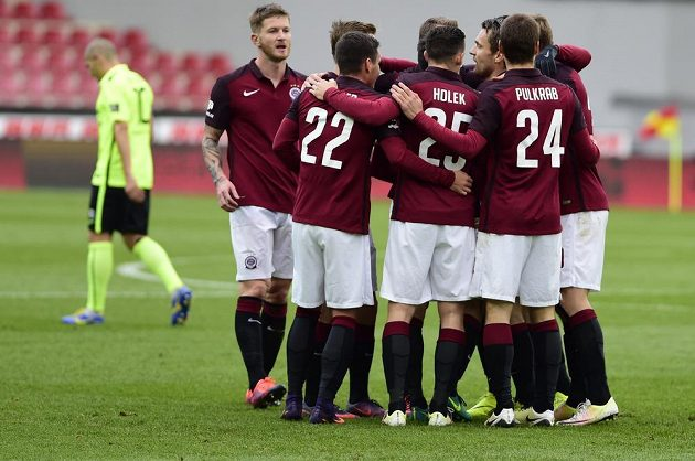 Fotbalisté Sparty se radují z gólu Karavajeva proti Příbrami.