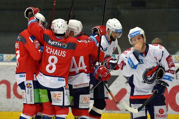Pardubičtí hokejisté se radují z druhého gólu v utkání baráže.
