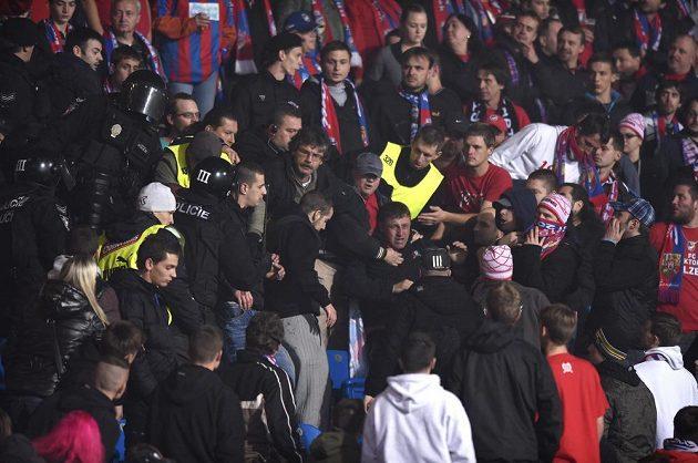 Potyčka fanoušků v kotli Plzně během zápasu se Spartou.