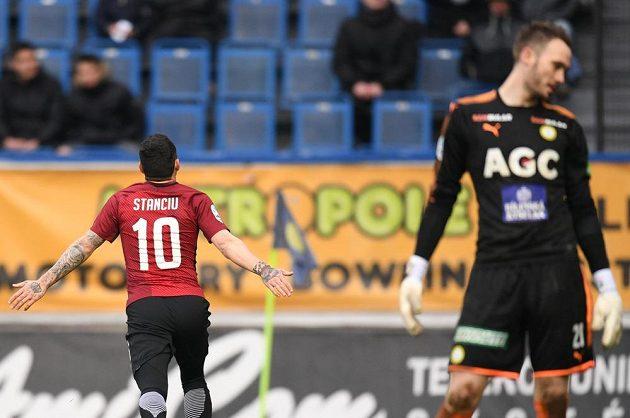 Sparťan Nicolae Stanciu se raduje z gólu v Teplicích.