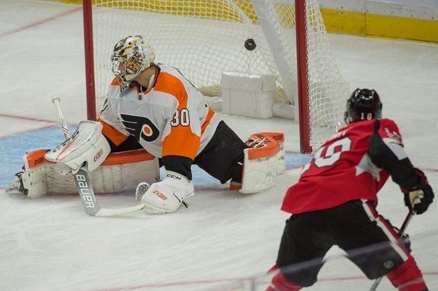 Brankář Michal Neuvirth (30) z Philadelphie dostává gól v zápase s Ottawou.