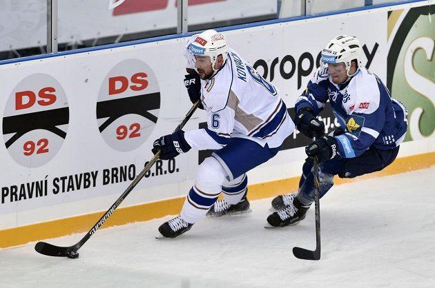 Obránce Komety Brno Jozef Kováčik (vlevo) je bráněn plzeňským Filipem Suchým v zápase pod širým nebem.