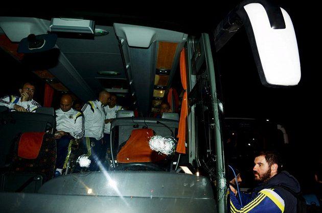 Autobus Fenerbahce po útoku neznámého pachatele.