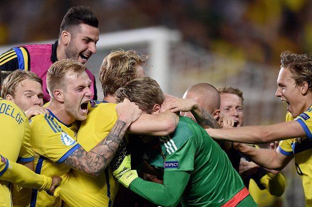 Obrovská radost švédských fotbalistů po finálovém vítězství nad Portugalskem.