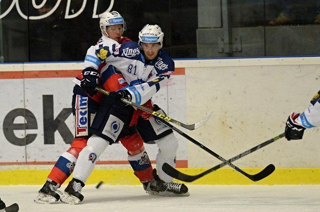 Michal Šeda (vlevo) z Pardubic a plzeňský útočník Jaroslav Kracík v zápase 41. kola hokejové Tipsport extraligy.